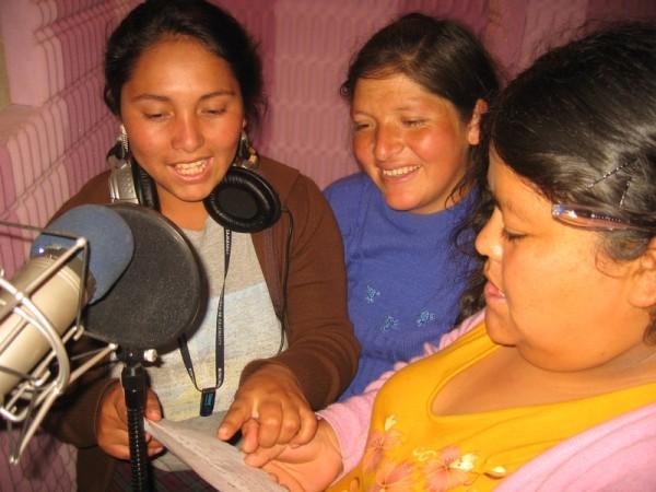 Mujeres indígenas usan la radio para defender sus derechos