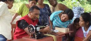 Equipan a artesanas indígenas con máquinas de coser